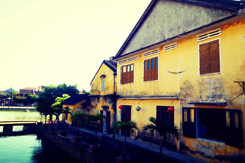 古代长期的贸易往来会安古城里保留了极多的日式中式建筑